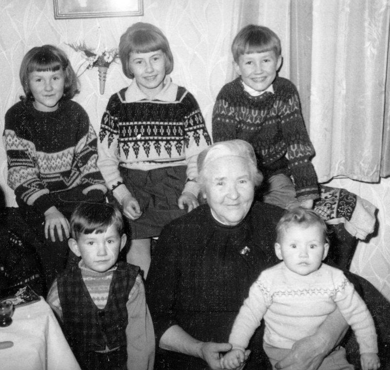 Oma und Weber-Enkel