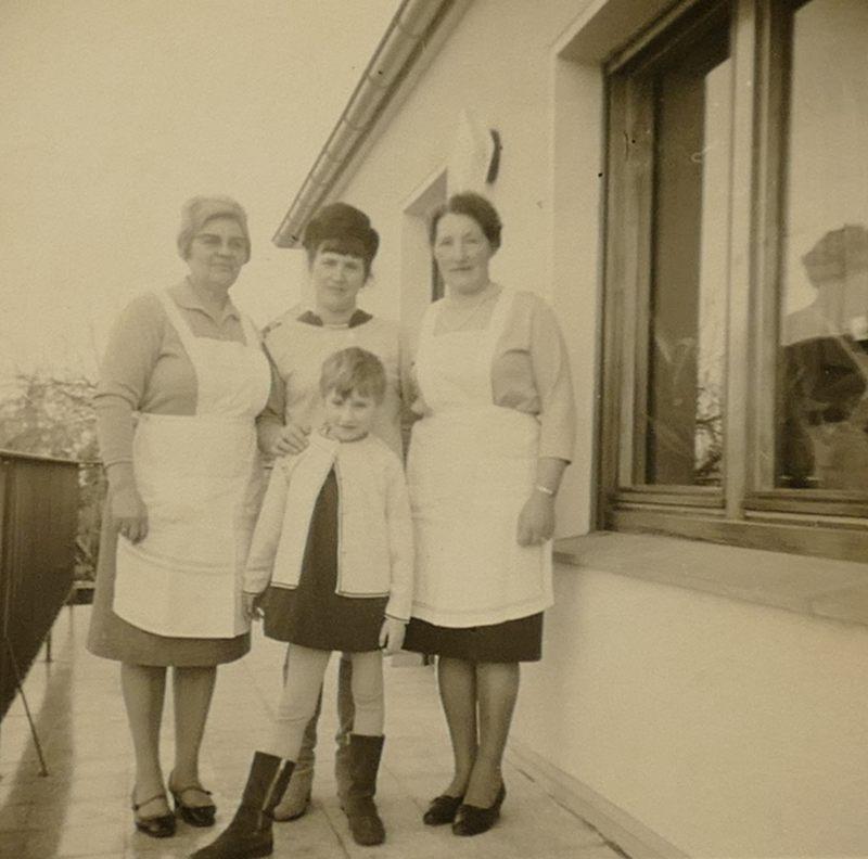 Tante Threse und Tante Lisbeth mit Mama und Birgit