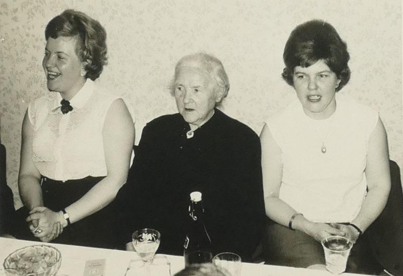 Oma zwischen Edith und Marianne