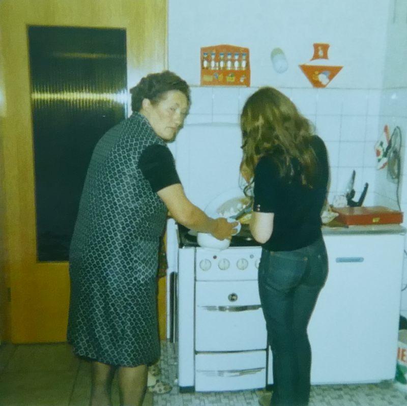 Tante Lisbeth mit Gundi in unserer Küche