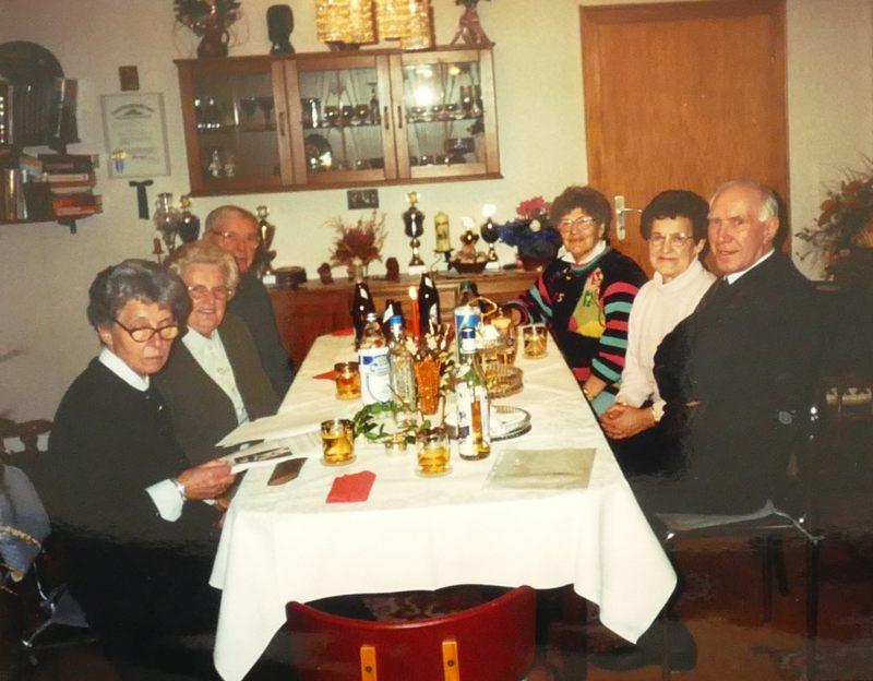 Mama mit zwei Freundinnen (Anneliese, Luise) und deren Männern sowie ???
