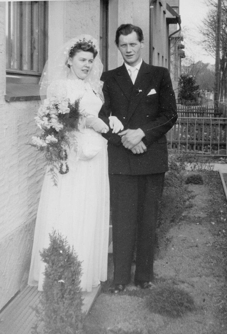 Marianne und Albert Kamp vor Lappen Haus 1957