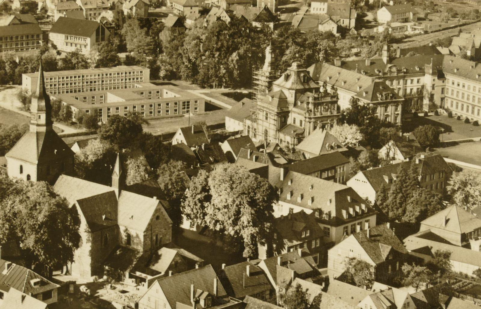 Auf diesem Luftbild sind alle drei Bürener Kirchen zu sehen: um 1980
