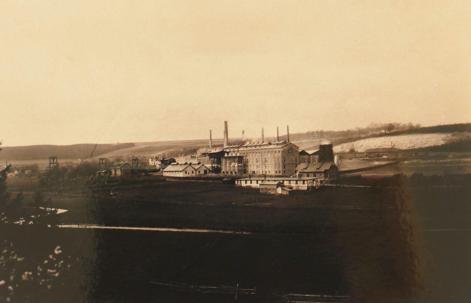 Zementwerke Portland in den 1930er Jahren im Blick aus dem Almetal