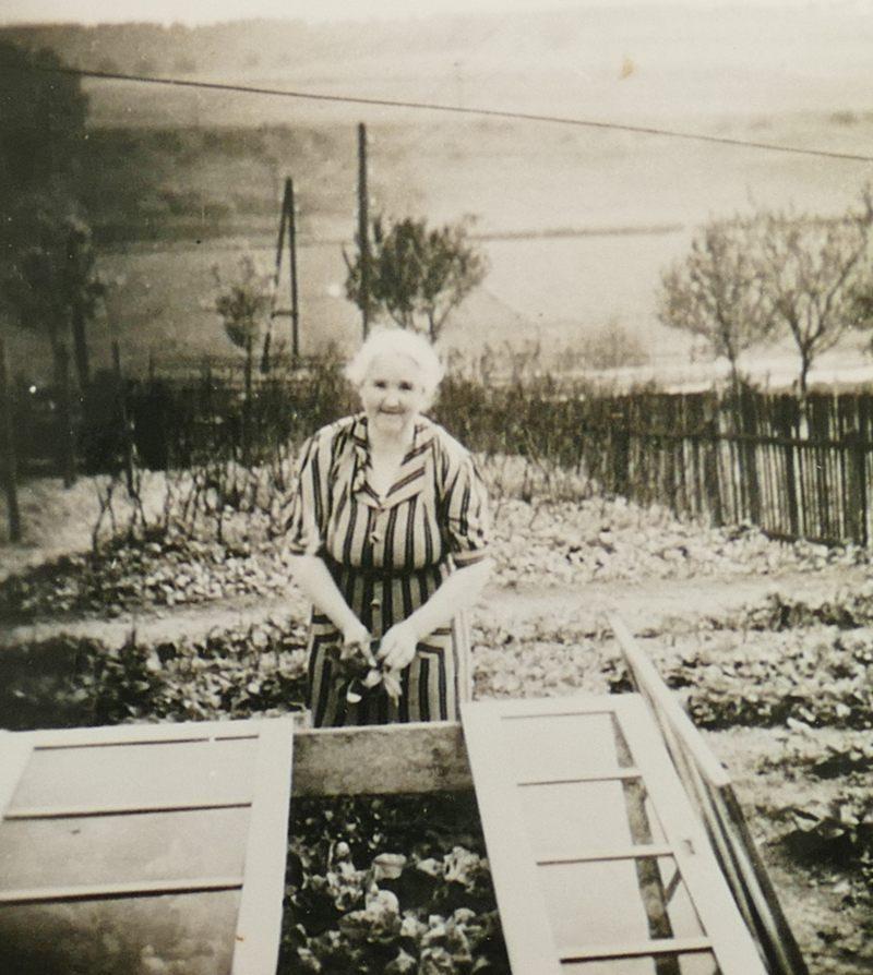 1940er Oma Anna im Garten