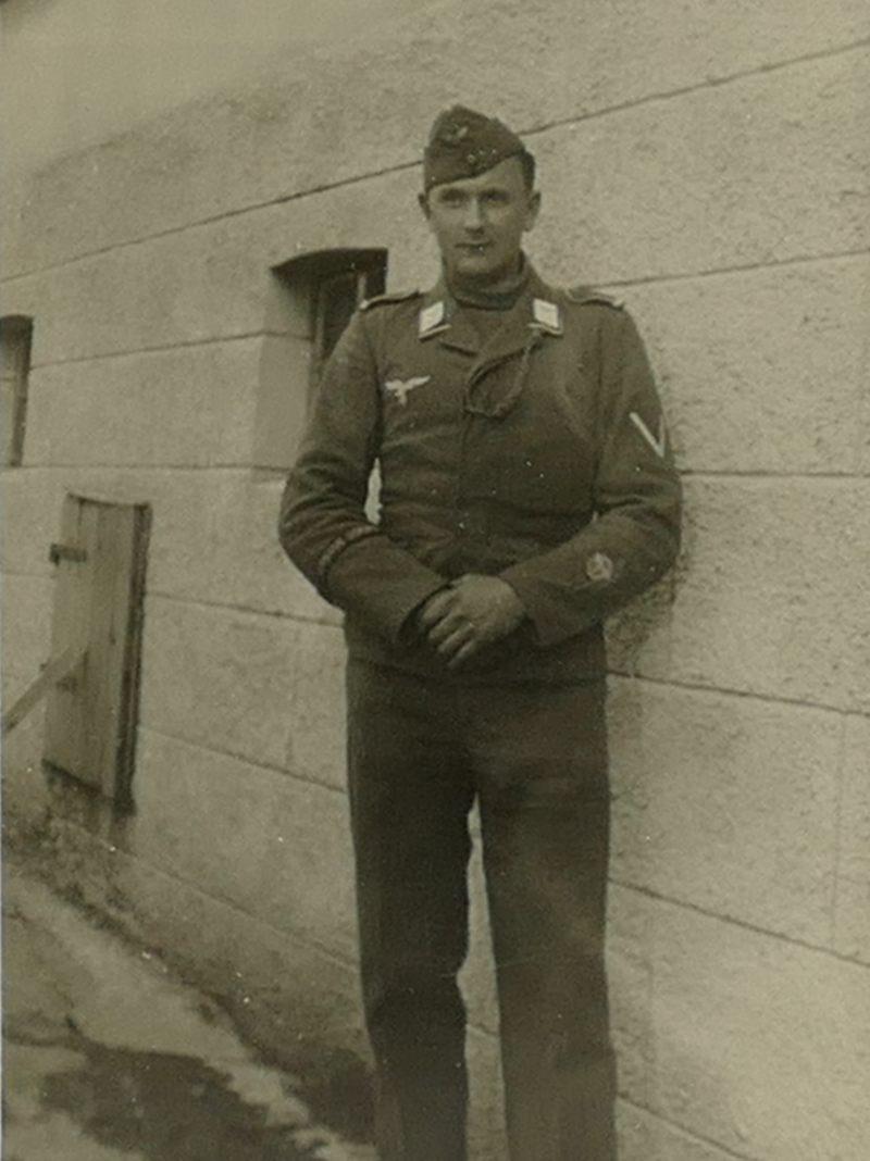 1943 Papa hinterm Haus
