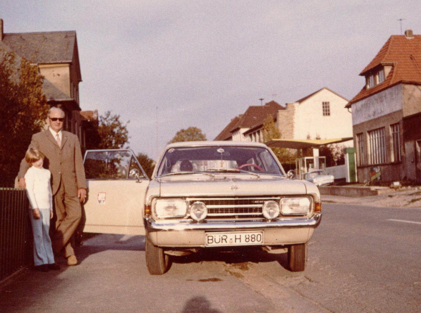 1970 Pap Birgit neben Auto