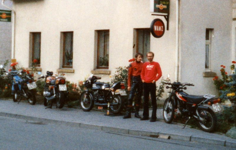 1980 5 Maschinen vorm Haus800