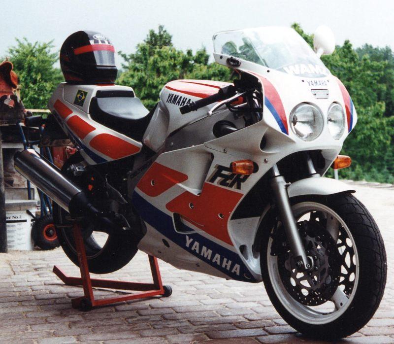 1995 FZR1000 mit Helm800