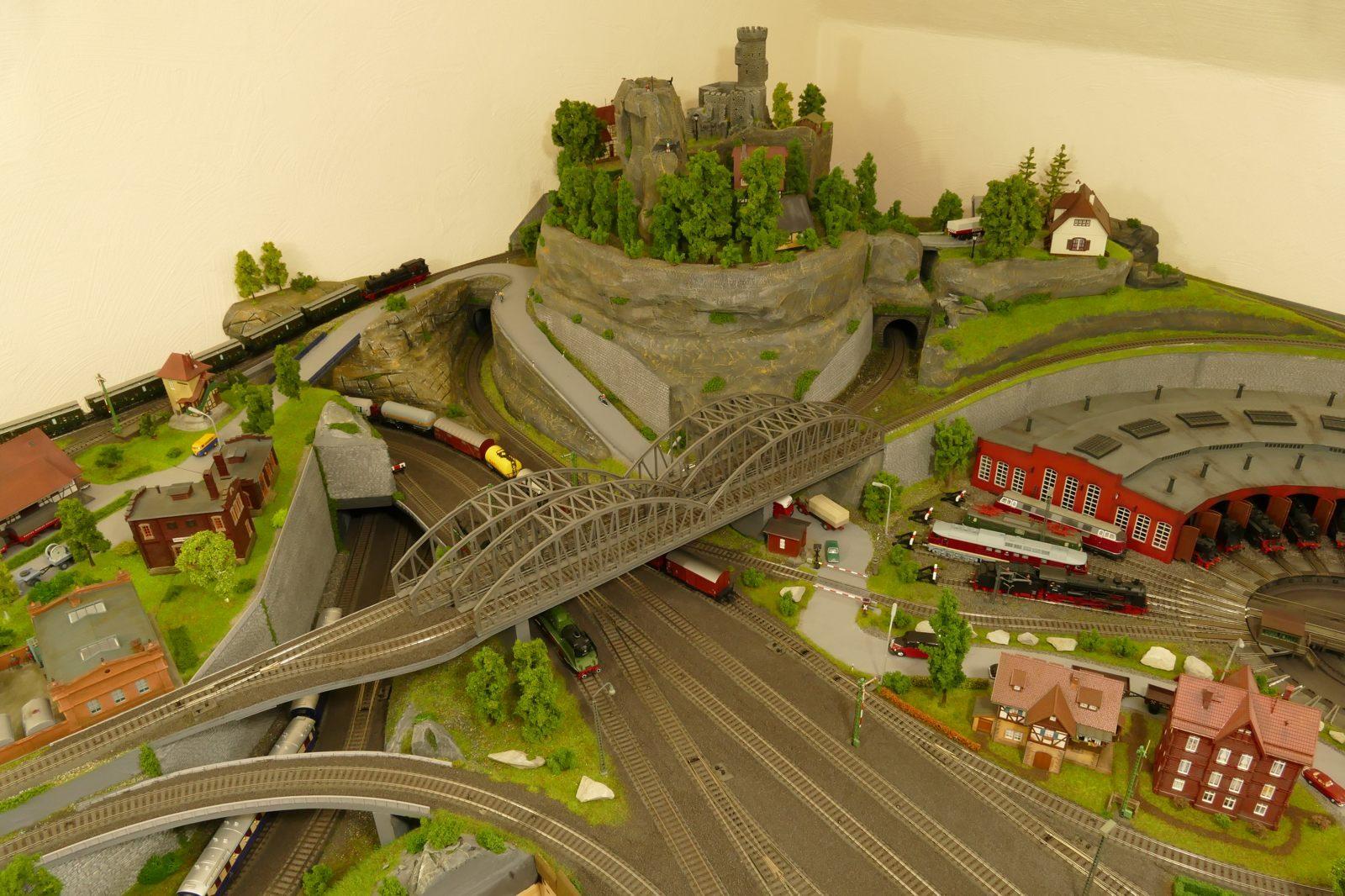 Züge umfahren und durchfahren den Berg