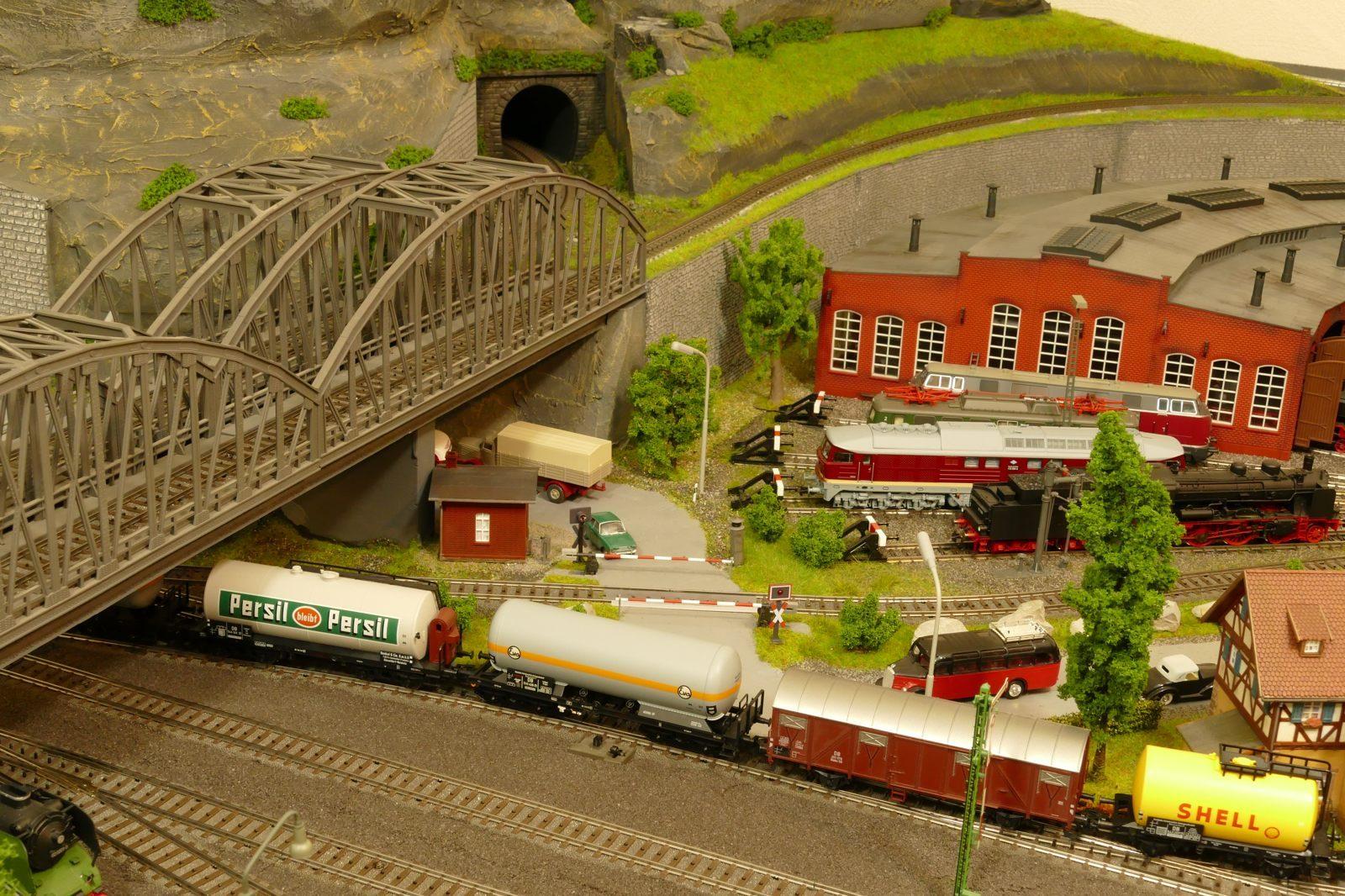 Ein Güterzug verläßt Brilon-Wald in Richtung Norden