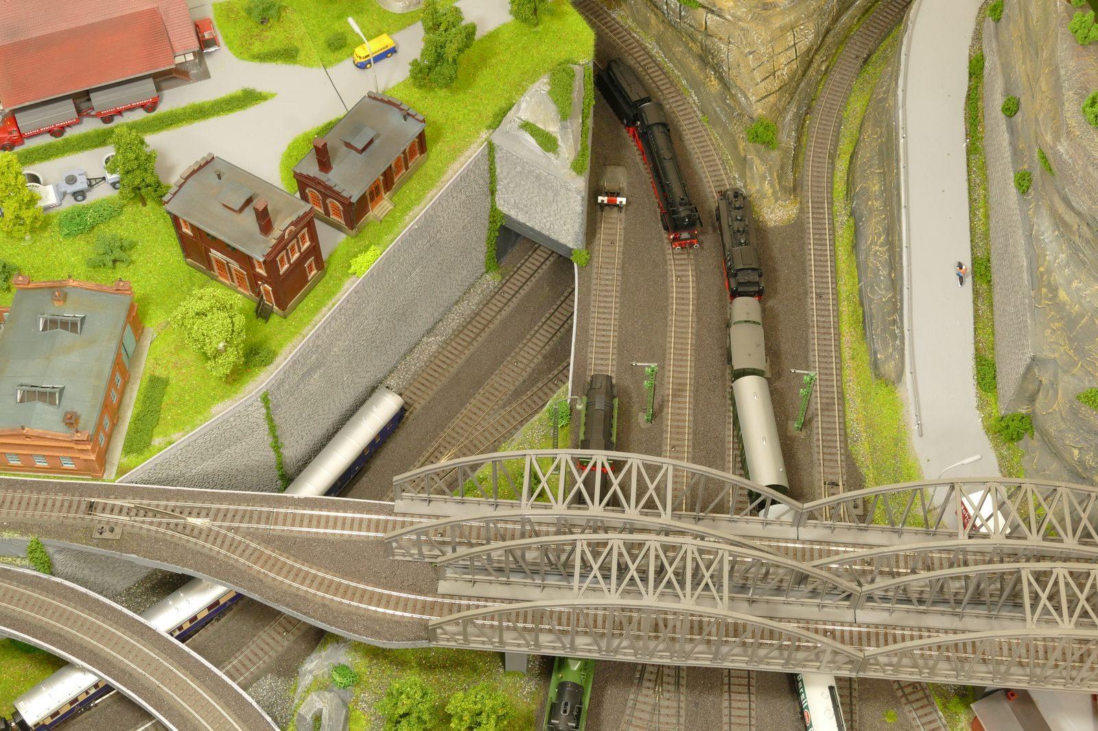 Blick auf das doppelte Brückenbauwerk