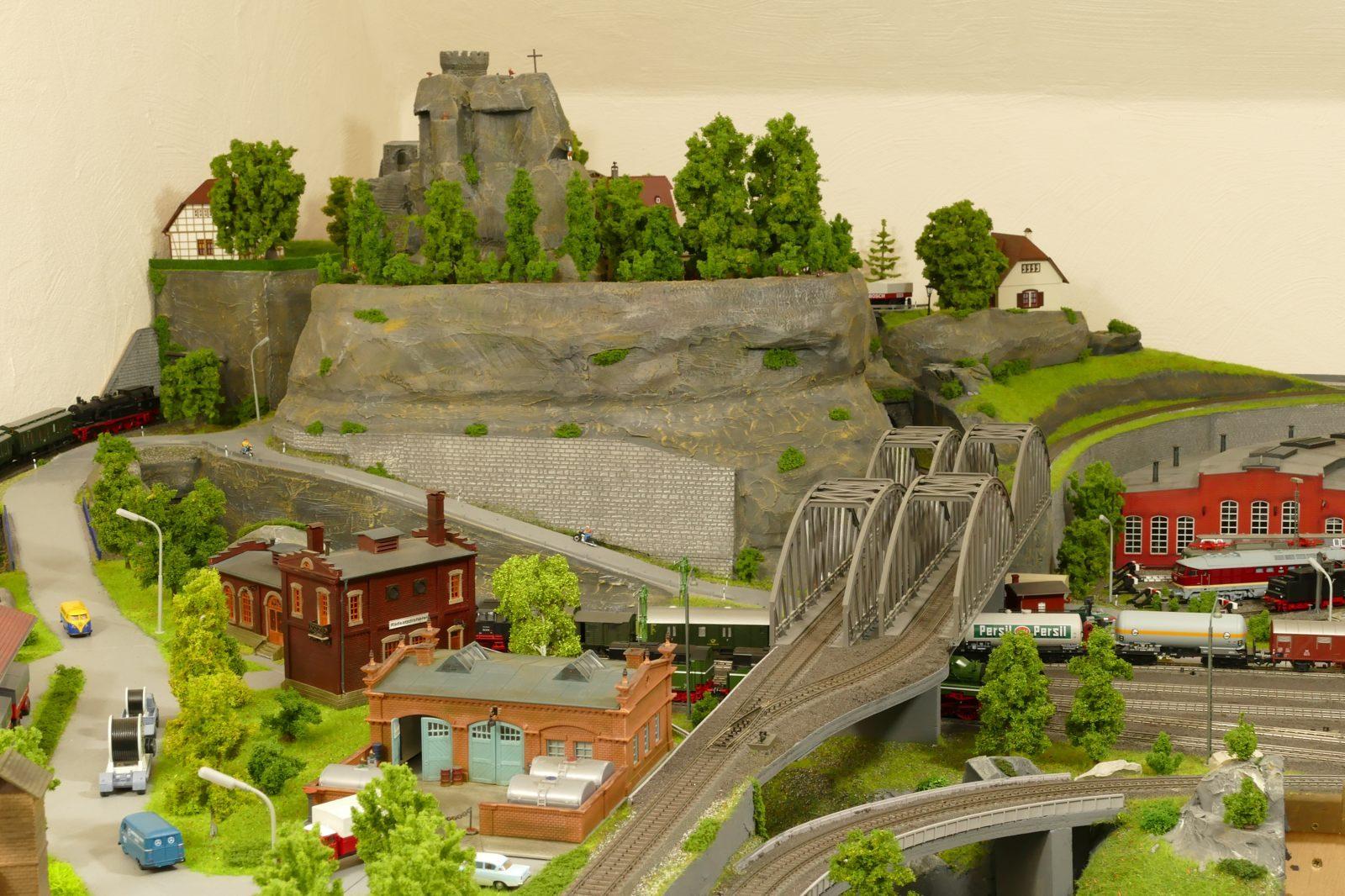 Blick von Westen auf den Burgruinenberg, herangezoomt