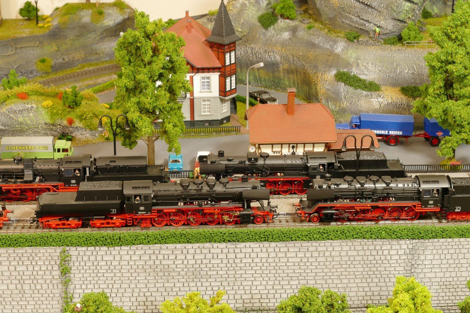 Die 50er liefen vorm Heckeneilzug und zogen bis zuletzt die Personenzüge zwischen Paderborn und Büren, bis die V100-Ablösung kam.