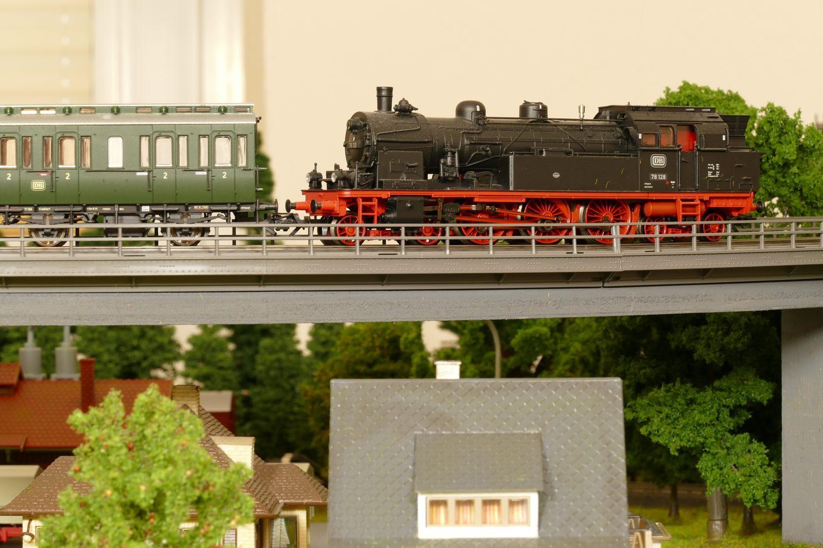 Die 78er rollt mit einem Personenzug über die lange Brücke