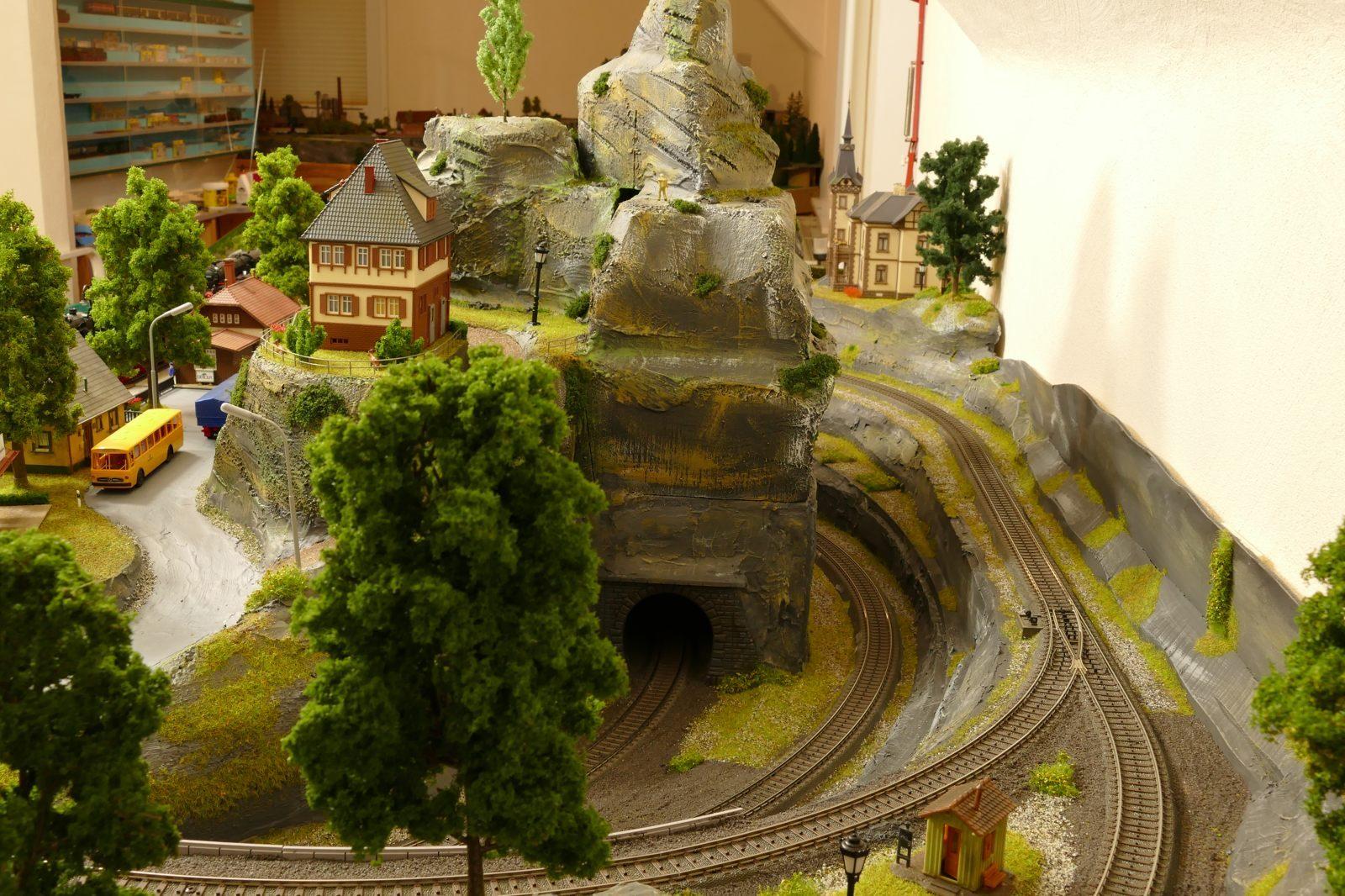 Aus dem Tunnel kommen Züge aus Brilon-Wald.