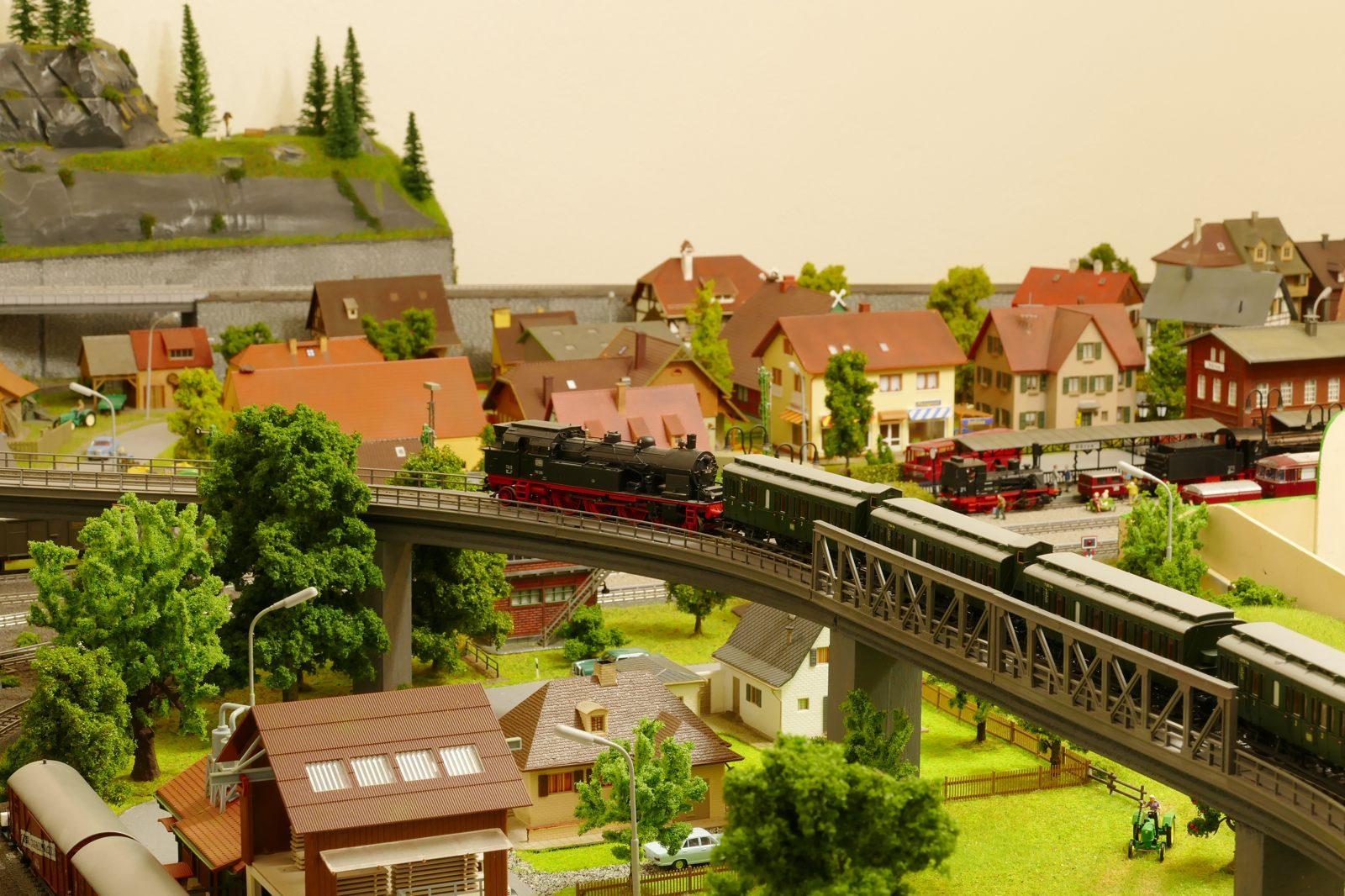 Die Brückenkonstruktion macht den Fahrbetrieb noch interessanter