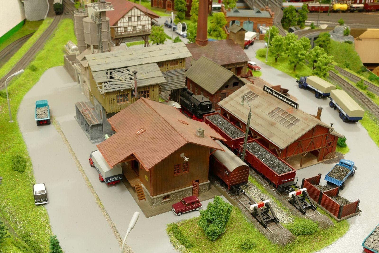 """Blick """"hinter"""" Lagerhaus, Betonmischwerk und Kohlenhandlung"""