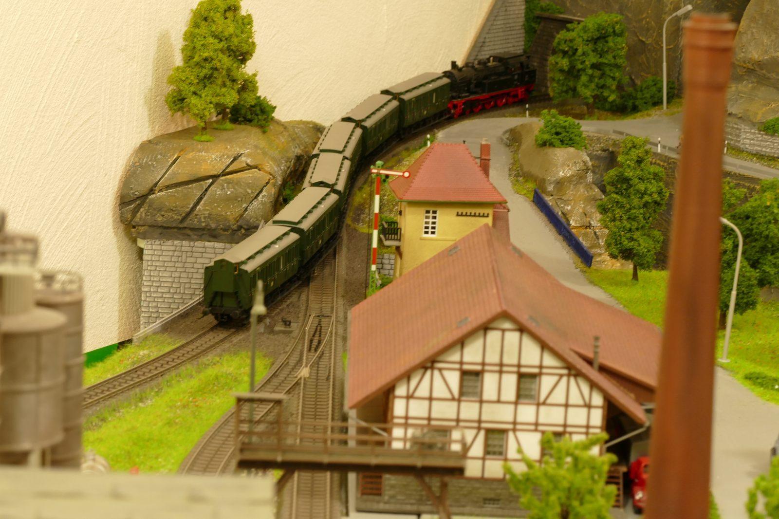 Der Personenzug schlängelt sich mit großer Kraftanstrengung den Berg hinauf