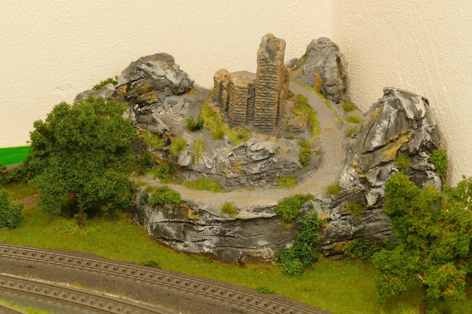 Eckgestaltung: Hügel mit Ruine