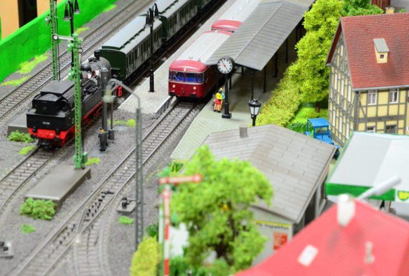 Büren Bf: der Schienenbus ist abfahrbereit