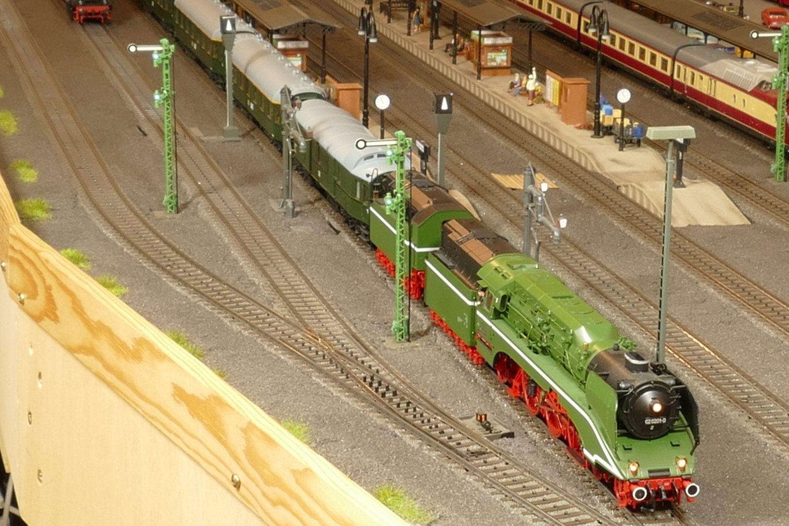 Die DR-Lok 02 0201 beschleunigt mit ihrem Schnellzug aus dem Hbf