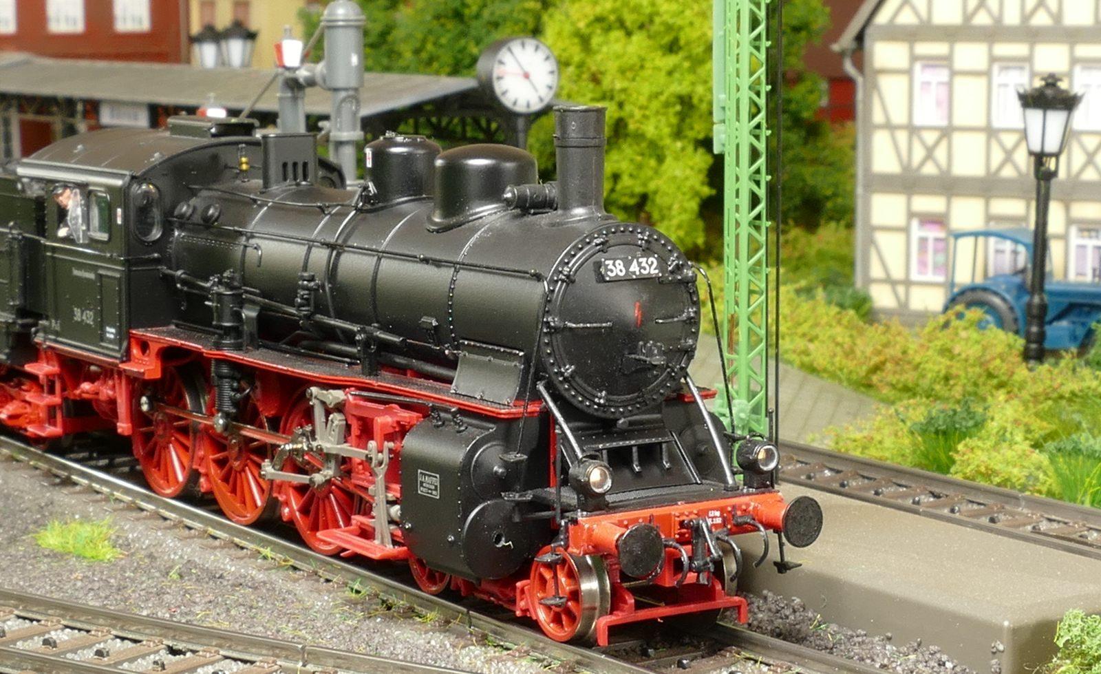 Die 38 432 ist in Büren ein seltener Gast, hier mit einem Personenzug aus Brilon