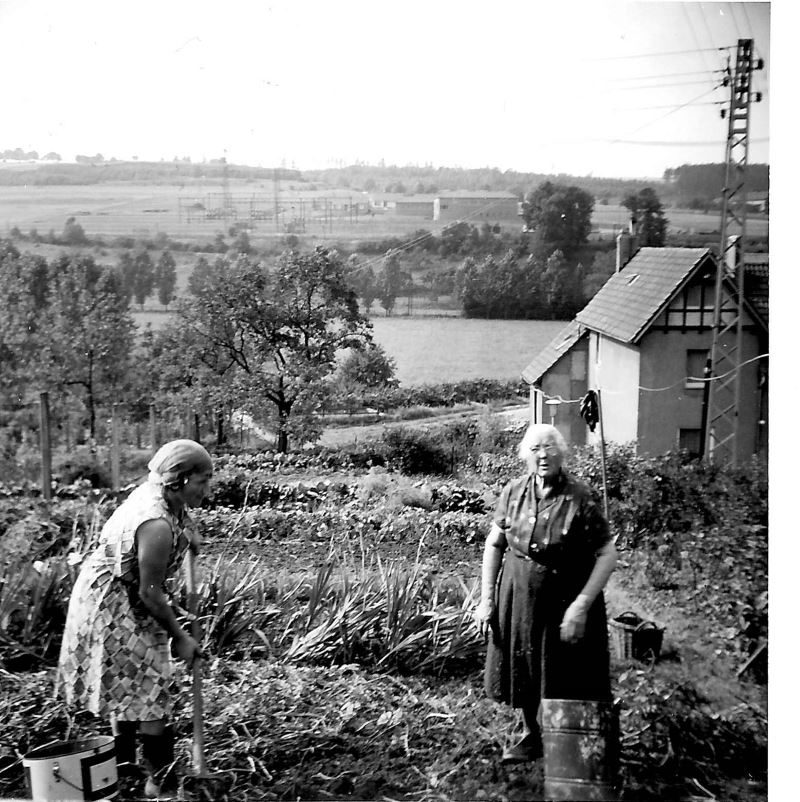 BS 1966 Mama u Oma im Garten800