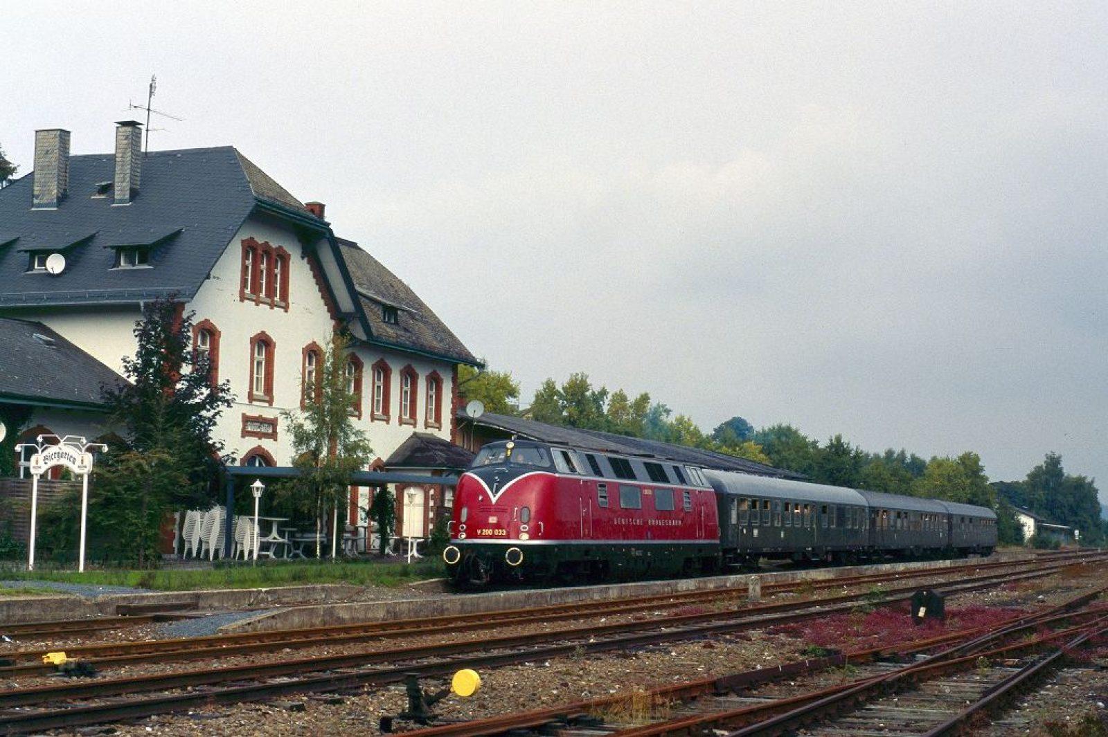 E03 V200 033 mit 3Wagen in Brilon-Stadt 1995 Sonderzug HammEF