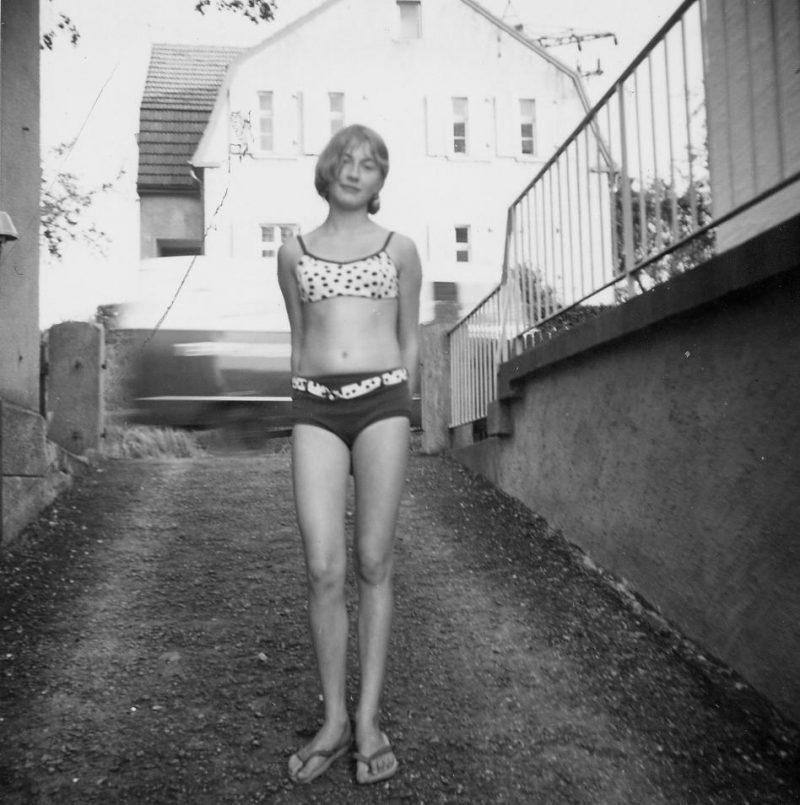 Gaby posiert in der Garageneinfahrt ca1965