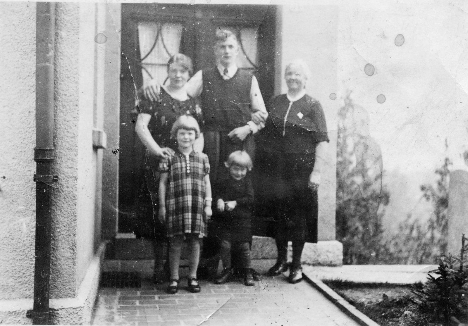 WH 1940 Oma Änne Hannes vor Haus