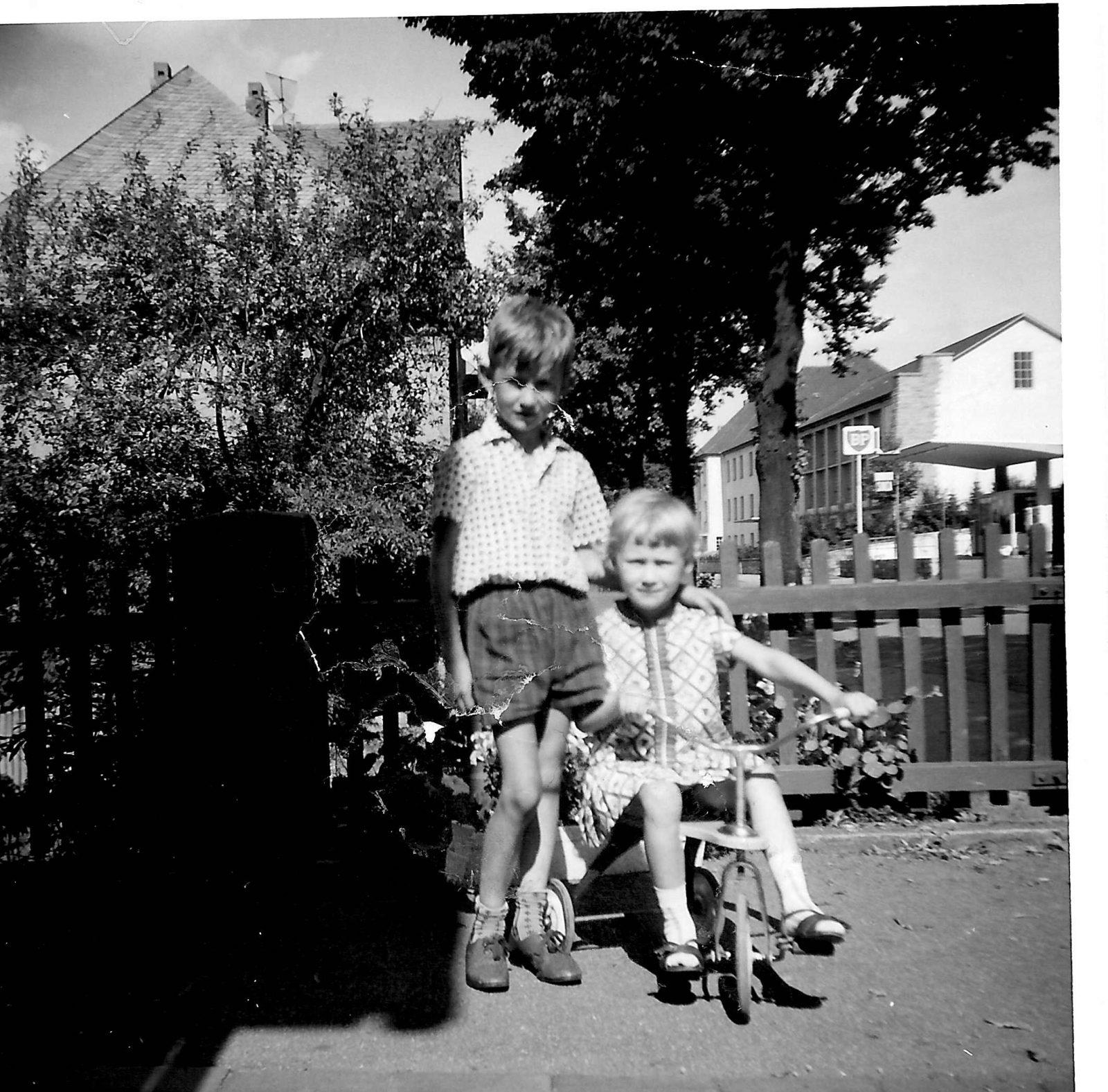 WH 1965 Rai u Bir im Vorgarten