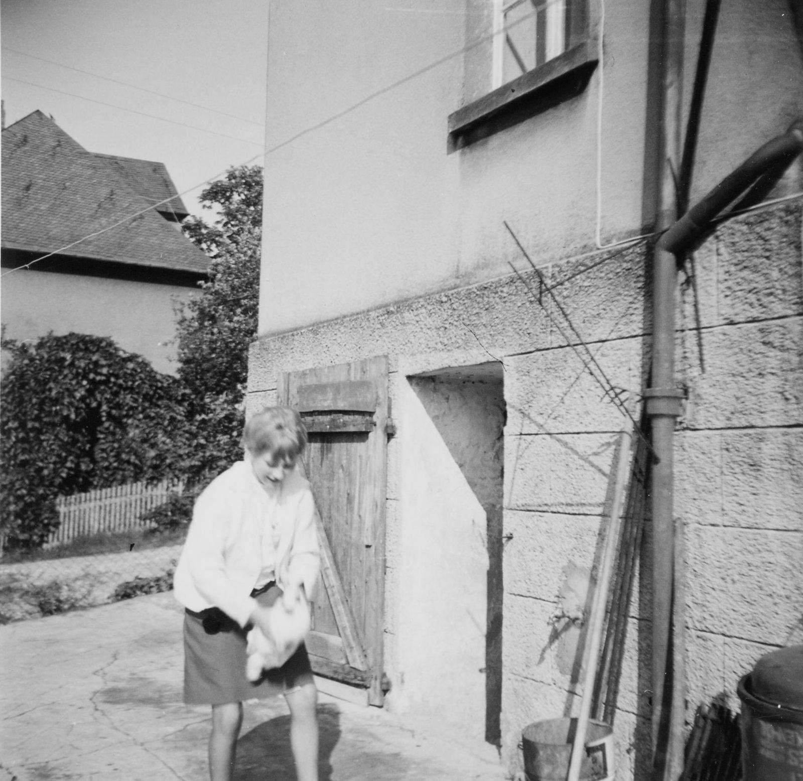 WH 1966 Gaby vor Kellertür