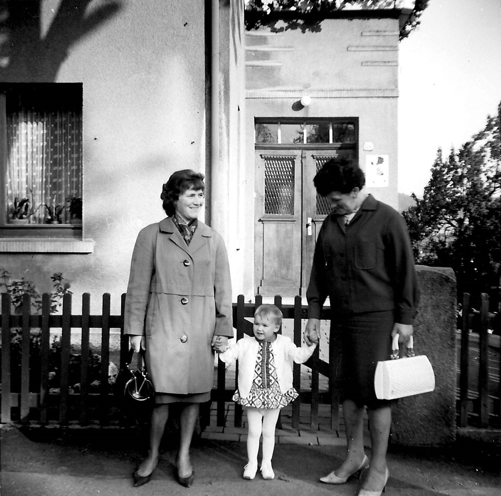 WH 1966 Mama mit Stine u Claudia vor Haus 1600