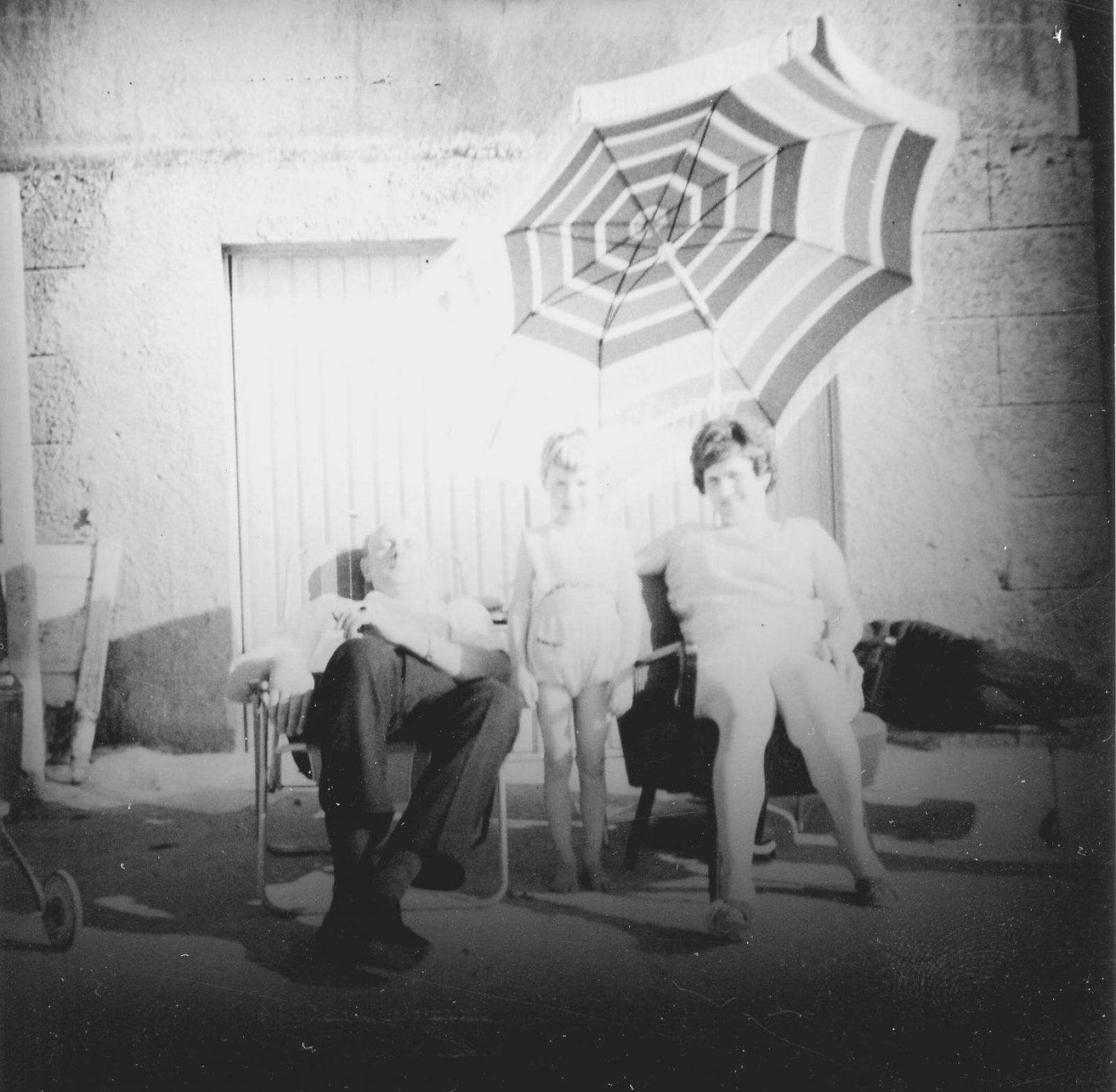 WH 1967 Familie hinterm Haus