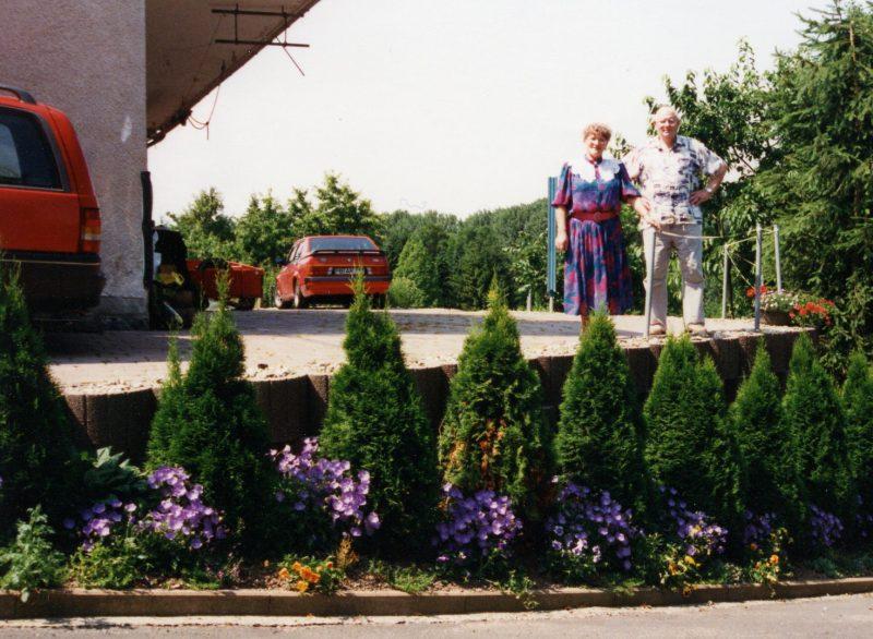 WH 1997 PapaMama stehend hinterm Haus